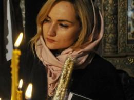 жінка-у-храмі